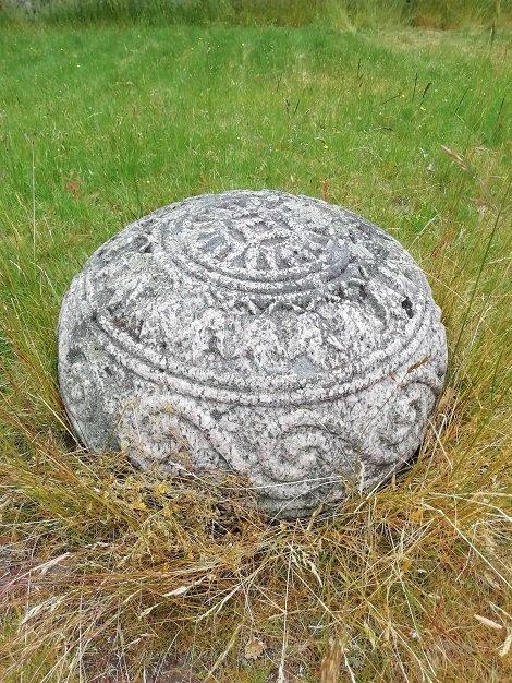 Copia de la piedra en la base del menir en Inglinge Hög