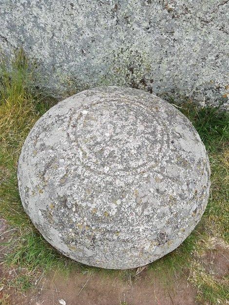 La piedra en la base del menhir en Inglinge Hög
