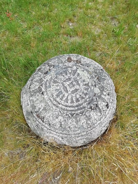 Vista superior de la copia de la piedra en la base del menir en Inglinge Hög