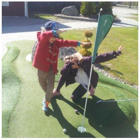 Niños jugando a mini-golf - Svea y Pablo